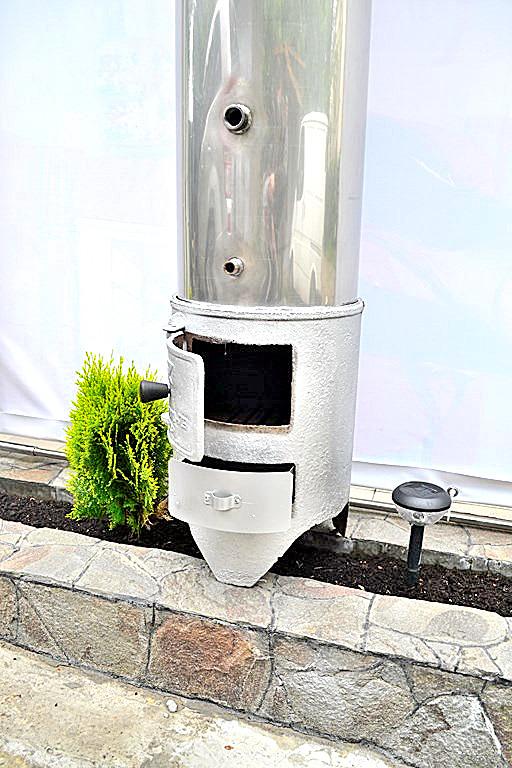 Душ с дровяной колонкой на даче
